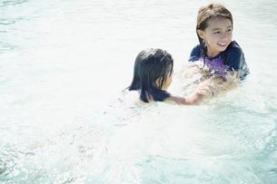 海で遊ぶ2人の女の子の写真素材 [FYI02054814]