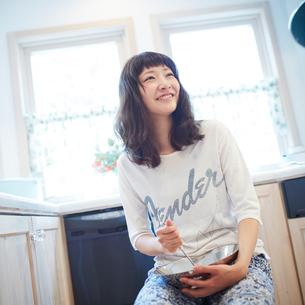 料理をする若い女性の写真素材 [FYI02054820]