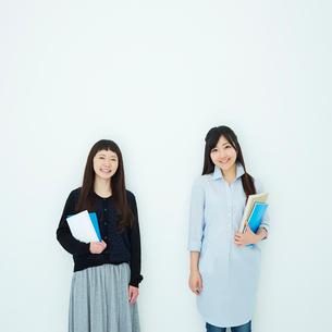 ノートを持った2人の女子大生の写真素材 [FYI02054823]