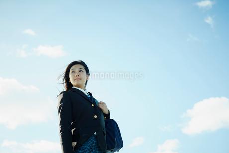 女子学生と青空の写真素材 [FYI02054833]