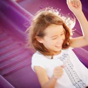 滑り台で遊ぶ女の子の写真素材 [FYI02054838]
