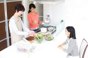 キッチンの三世代女性ファミリーの写真素材 [FYI02054847]