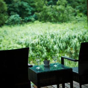 ウッドデッキの椅子とテーブルの写真素材 [FYI02054862]