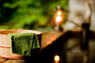 露天風呂の風呂桶と手ぬぐいの写真素材 [FYI02054885]