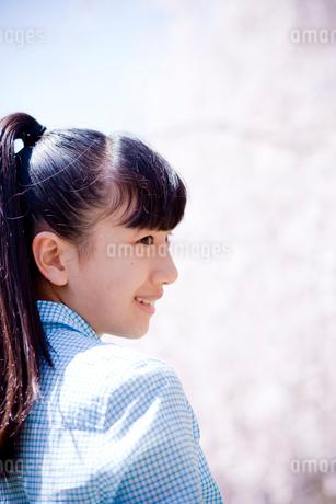10代女性の横顔の写真素材 [FYI02054898]