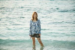 浅瀬に立つ女性の写真素材 [FYI02054916]