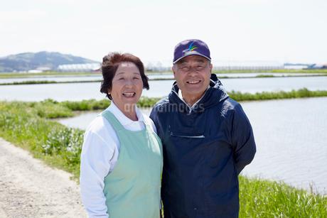 田園に立つ農家の夫婦の写真素材 [FYI02054918]