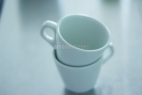 白いマグカップ2つの写真素材 [FYI02054938]