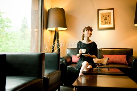 コーヒーカップを持つ女性の写真素材 [FYI02054944]