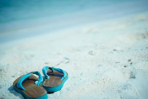 砂浜のビーチサンダルの写真素材 [FYI02054948]