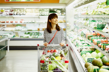 スーパーマーケットで買い物をする女性の写真素材 [FYI02054952]