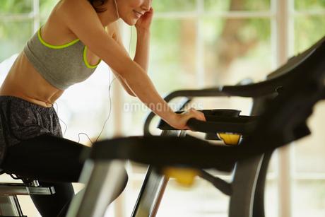 エアロバイクで運動する女性の写真素材 [FYI02054965]