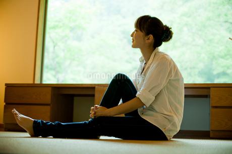 床に座る女性の写真素材 [FYI02054969]