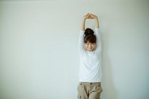 ストレッチをする女性の写真素材 [FYI02054970]