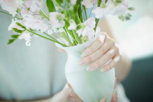 花瓶を持つ女性の写真素材 [FYI02054971]