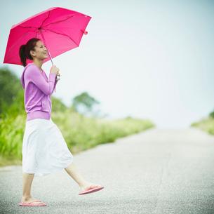 傘をさして歩く女性の写真素材 [FYI02054975]