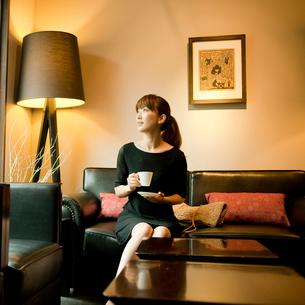 コーヒーカップを持つ女性の写真素材 [FYI02054978]