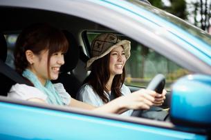 ドライブを楽しむ女性2人の写真素材 [FYI02054991]
