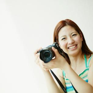 カメラを構える女性の写真素材 [FYI02055013]