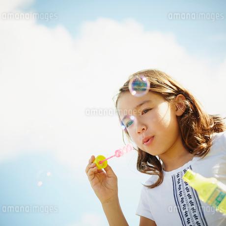 シャボン玉で遊ぶ女の子の写真素材 [FYI02055015]