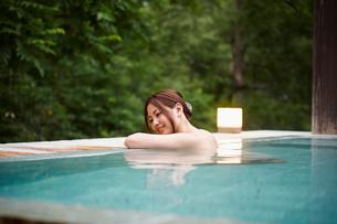 露天風呂に入浴する女性の写真素材 [FYI02055019]