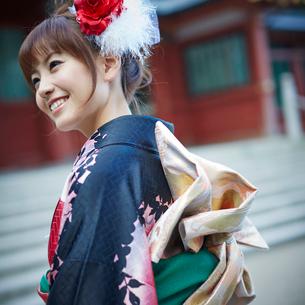 振袖姿の笑顔の女性の写真素材 [FYI02055021]