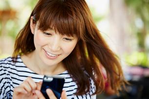 スマートフォンを操作する女性の写真素材 [FYI02055023]