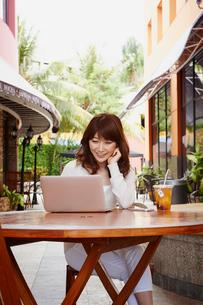オープンカフェで仕事をする女性の写真素材 [FYI02055032]
