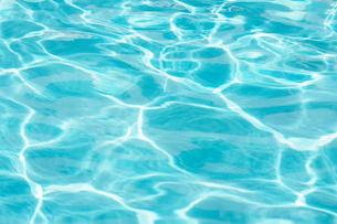 プールの水面の写真素材 [FYI02055047]