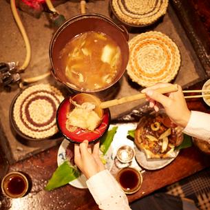 お椀にせんべい汁を取り分ける女性の手元の写真素材 [FYI02055048]