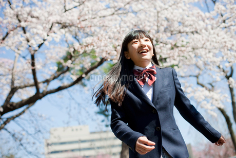 女子中学生と桜の写真素材 [FYI02055050]