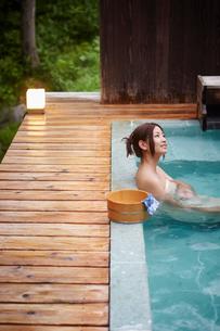 露天風呂に入浴する女性の写真素材 [FYI02055068]