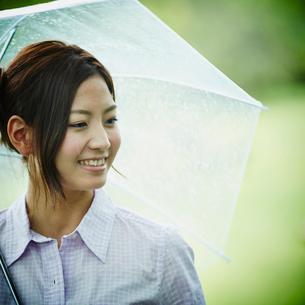 傘をさす女性の写真素材 [FYI02055095]