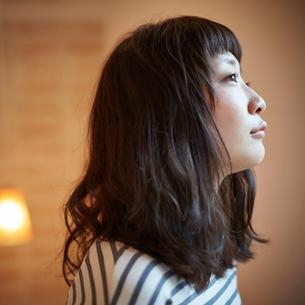 若い女性の横顔の写真素材 [FYI02055099]