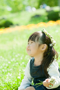 シロツメクサの花冠をつけた女の子の写真素材 [FYI02055103]