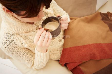 カフェオレを飲む女性の写真素材 [FYI02055126]