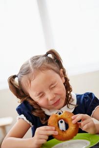 ドーナツを食べる女の子の写真素材 [FYI02055150]