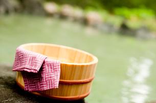 露天風呂の風呂桶と手ぬぐいの写真素材 [FYI02055152]