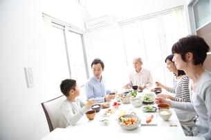 食事をする三世代ファミリーの写真素材 [FYI02055153]
