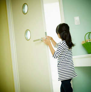 ドアを開ける女の子の写真素材 [FYI02055159]