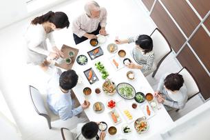 食事をする三世代ファミリーの写真素材 [FYI02055172]