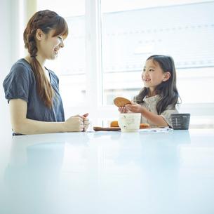 おやつを食べる女の子と母親の写真素材 [FYI02055180]