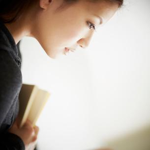 本を持つ女性の写真素材 [FYI02055184]