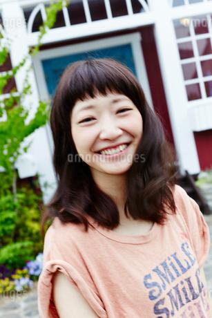笑顔の若い女性の写真素材 [FYI02055193]