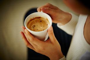 コーヒーを持つ女性の手元の写真素材 [FYI02055201]