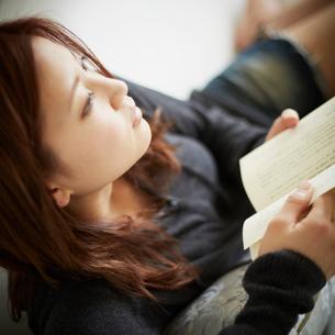 読書をする女性の写真素材 [FYI02055202]