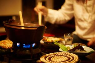 鍋料理と食事をする女性の写真素材 [FYI02055207]