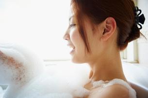 泡風呂に入浴する女性の写真素材 [FYI02055212]