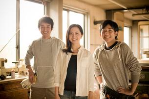 作業場に立つ3人の若者達の写真素材 [FYI02055229]