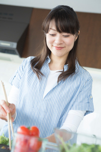 キッチンで料理をする女性の写真素材 [FYI02055244]